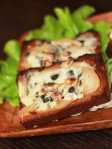 Tartine poire-roquefort