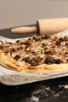 Pizza champignons, gorgonzola, noix