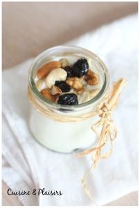 Fromage blanc aux fruits secs, miel et sirop d'agave