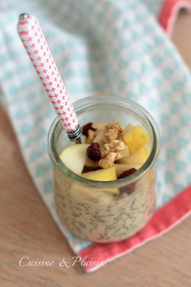 Pudding aux graines de chia, flocons d'avoine et fruits frais